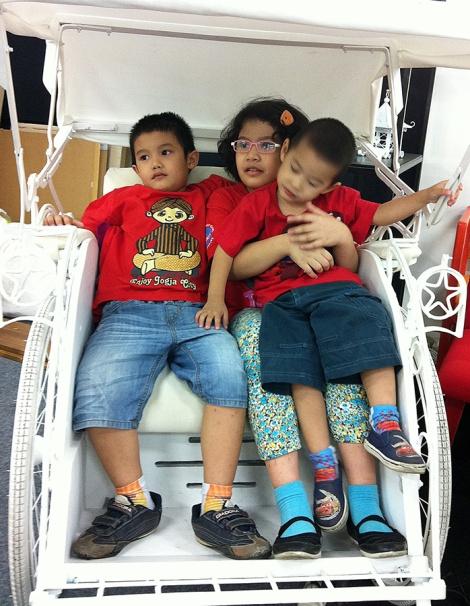 Anak-anak di salah satu stan Pasar Desain 2013