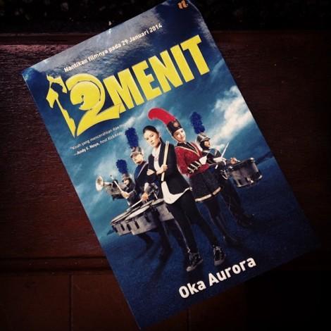 """Novel """"12 Menit"""" dengan cover poster filmnya."""