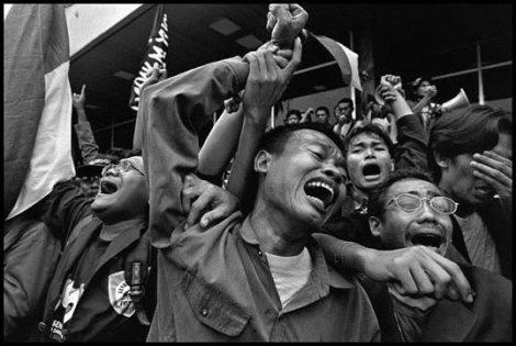 Diambil dari http://efenerr.com/2014/06/06/indonesia-1998-james-nachtwey/
